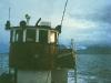 Halsøy på vei til Bergen i november 1986, med styrhus og en diger tang-grabb plassert på fordekket.