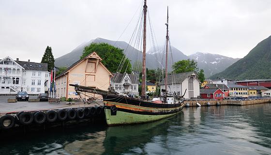 Gurine i Rosendal mai 2011 © Bjarne Øymyr